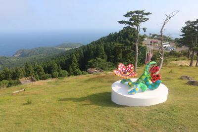 おしか御番所公園に展示されている草間彌生さんの「真夜中に咲く花」
